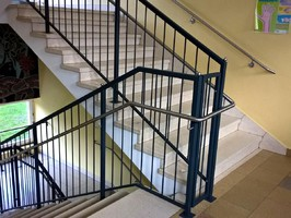 Treppengeländer RAL lackiert mit Edelstahl Handlauf