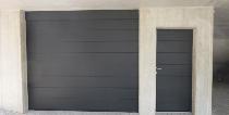 Elegantes Garagentor mit seitlichem stilvoll angepasstem Zugang