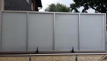 Sichtschutzwand bzw. Windschutzwand aus Glas mit Edelstahlelementen