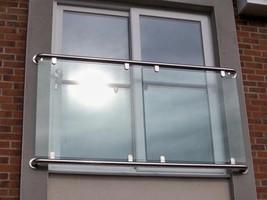 Fenstergeländer mit bruchsicheren Elementen aus Glas