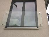 Nahezu unsichtbares Glasgeländer mit dezenten Verschraubungen ideal für höhere Fenster