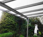 Dezente Terrassenüberdachungen mit Glasflächen
