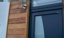 Sichere und schlichte Hauseingangstür mit Glasvordach